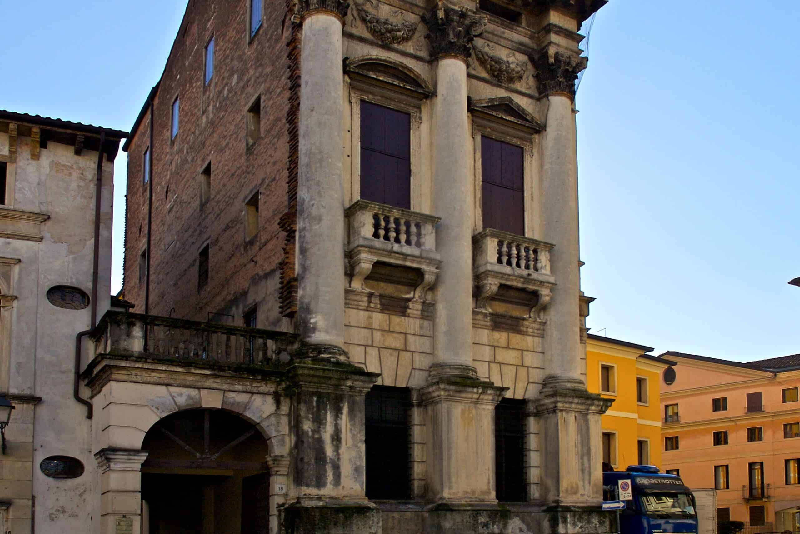 Central Sicaf - Vicenza, Piazza Castello